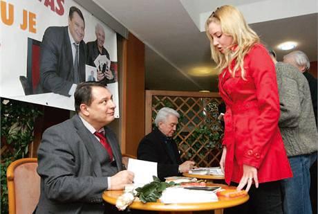 Redaktorka MF DNES Lucie Laštíková s Jiřím Paroubkem (ČSSD).