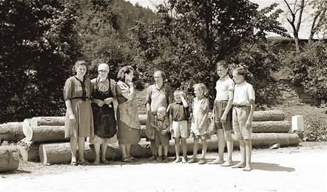 Snímek pozůstalých z Javoříčka, kde Němci vypálili všechny budovy kromě kapličky a školy a popravili všechny muže starší patnácti let.