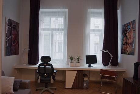 Velká pracovní deska přes celou šířku místnosti nabízí dostatek místa pro dva