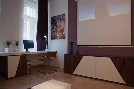 Nábytek na míru je vyrobený zexotického makasaru vkombinaci sbílým laminem