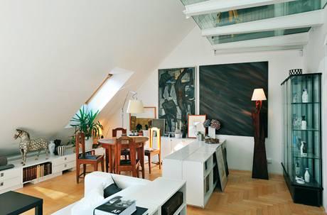 Obrazy a keramika se staly nedílnou součástí bytu
