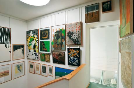 I prostor nad schodištěm působí jako obrazová galerie