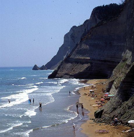 Řecko, Korfu. Pobřežní útesy u Peroulades