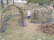 V pražském ekocentru Šárynka byl v rámci workshopu vedeného Jiřím Rechem z živých vrbových prutů vybudován i tunel ve tvaru šneka, prolézačka pro děti.