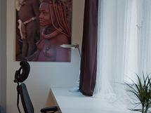 Stěny zdobí fotografie zAfriky, kde majitelé byli a moc se jim tam líbilo