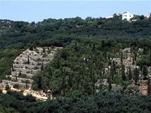 Řecko, Korfu. Olivový háj s terasami u Makrades