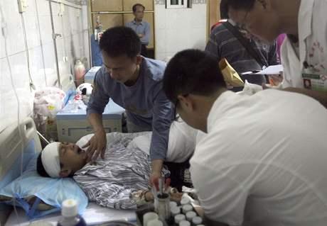 Čínští lékaři ošetřují jedno z dětí pobodaných ve městě Lej-čou (28. dubna 2010)