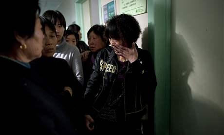 Plačící matka jednoho z pobodaných dětí v čínském městě Čung-sin (29. dubna 2010)