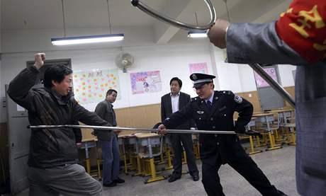 Čínští policisté prezentují způsoby zkrocení školních násilníků (29. dubna 2010)