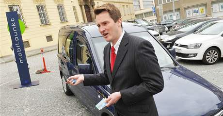 Michael Fromming představuje systém car-sharingu před Novou radnicí v Brně.