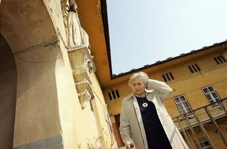 Historička Milena Flodrová u domu na České ulici, kde bylo sídlo novinářské obce.