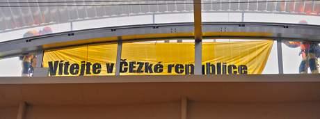 Ekologičtí aktivisté Greenpeace protestovali na střeše vlády. Na transparentu stálo: Vítejte v ČEZké republice.