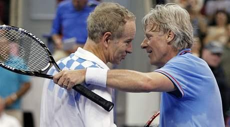 John McEnroe (vlevo) a Björn Borg po exhibici v Bostonu (2010)