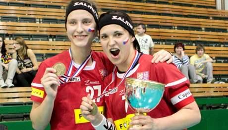 Adéla Bočanová (vlevo) a kapitánka Dagmar Surá se radují z bronzových medailí na MS juniorek v Olomouci
