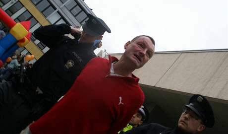 Policie odvádí 48letého muže, který dal na mítinku ČSSD v Brně pěstí Bohuslavu Sobotkovi.