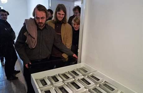 """Kurátor výstavy Pavel Vančát odebírá ochranné sklo, aby mohlo dojít ke """"kontrole"""" exponátu zvaného 10 000"""