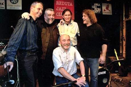Jazz Q: zleva Přemysl Faukner, Oskar Petr, Jaromír Helešic, Zdeněk Fišer, dole Martin Kratochvíl