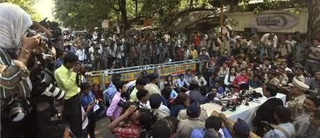 Média měla o rozsudek nad atentátníkem Muhammadem Kasábem obrovský zájem. Na snímku při tiskové konferenci s prokurátorem před speciálním soudem (3. května 2010)