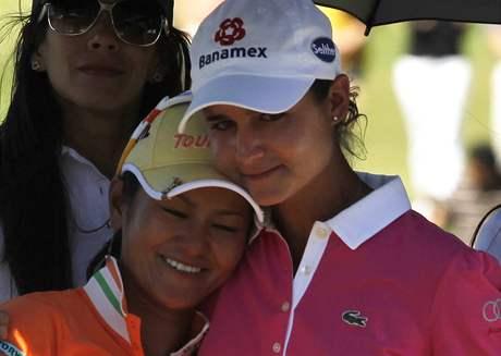 Lorena Ochoaová s Ai Mijazatovou při svém loučení na Tres Marias Championship 2010.