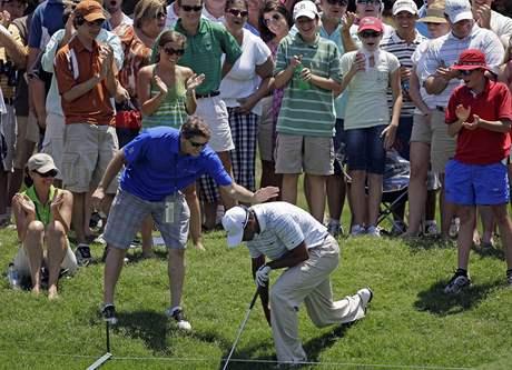 Strádající Tiger Woods mezi diváky ve třetím kole The Players Championship 2010.