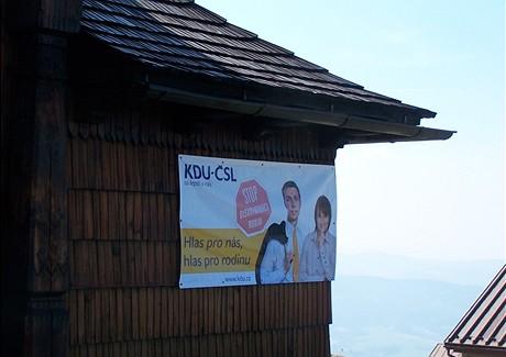 """Plakát lidovců na jeden den """"ozdobil"""" kapli sv. Cyrila a Metoděje na vrcholku Radhoště."""