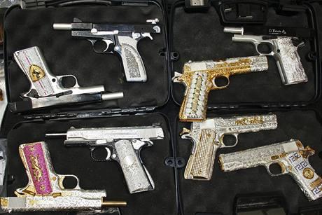 Mexická policie zabavila narkobaronovi pistole vykládané zlatem a diamanty (4. května 2010)