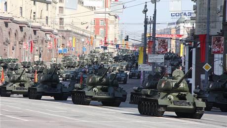 Vojenská přehlídka při ruských oslavách 65. výročí vítězství v II. světové válce (9. května 2010)