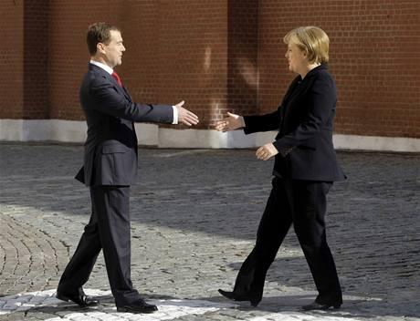 Dmitrij Medveděv a Angela Merkelová při oslavách 65. výročí vítězství v II. světové válce (9. května 2010)