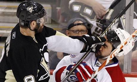 Pascal Dupuis (vlevo) z Pittsburghu Ryana O' Byrneho z Montrealu opravdu nešetřil