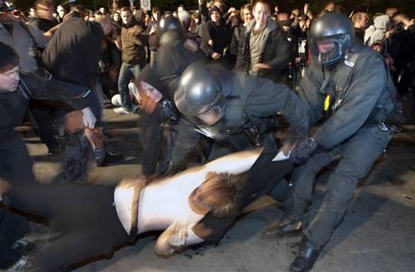 Zásah policie při prvomájovém pochodu neonacistů v Berlíně (2010)