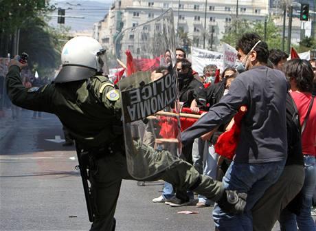 Zásah policie pri prvomájové demonstraci v Athénách