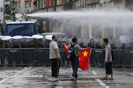 Proti prvomájové demonstraci v Maccau použila policie vodní děla