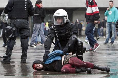 Policejní zásah proti prvomájové demonstraci ve Švýcarsku.