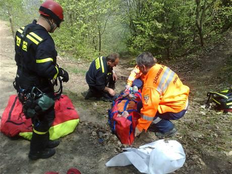 Záchranáři u lomu Malá Amerika, kam 1. května spadla 25letá žena