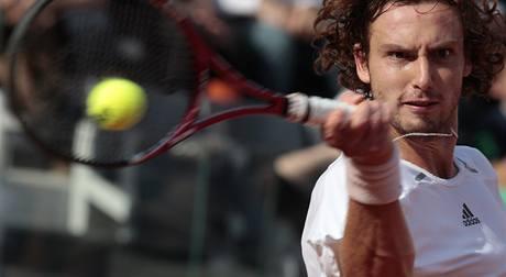 Lotyšský tenista Ernests Gulbis se soustředí na úder během zápasu se Španělem Rafaelem Nadalem na Turnaji Masters.