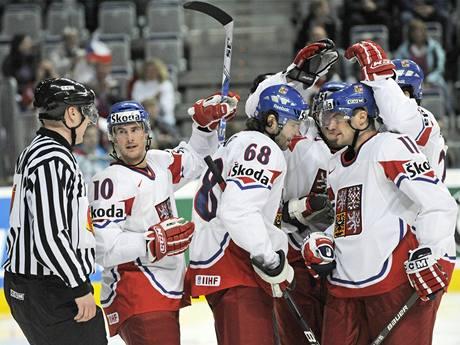 Čeští hokejisté se radují z gólu proti Francii
