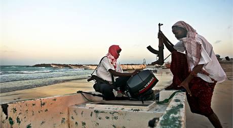 Somálští piráti poblíž přístavu Harardhere (4. ledna 2010)