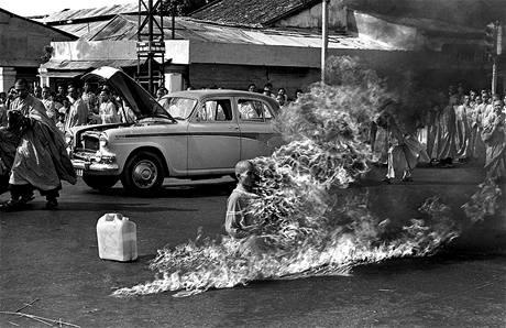 Budhistický mnich Quang Duc se 11. června 1963 upálil na ulici v Saigonu na protest proti údajně perzekuci budhistů jihovietnamskou vládou.