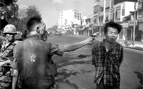Jihovietnamský generál Nguyen Ngoc Loan střílí 1. února 1968 na ulici Saigionu do hlavy údajného důstojníka Saigonu Nguyen Van Lema, známého jako Bay Lop.