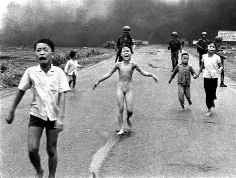 Jeden z nejslavnějších snímků z vietnamské války zachycuje zděšené děti při útěku před napalmem, kterým letadla Jižního Vietnamu zaútočila 8. června 1972 na údajné skrýše Vietkongu poblíž Trang Bang.
