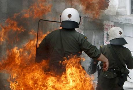 Řecký policista po zásahu zápalnou lahví před budovou parlamentu v Athénách. (5. května 2010)