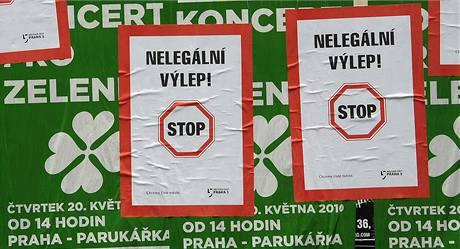 Nelegálně vylepené plakáty na koncert Strany zelených nechala přelepit radnice Prahy 5. (6. května 2010)