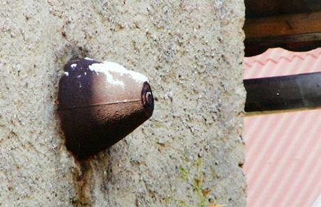 Tragédii dodnes v Dalešicích připomíná bomba zazděná ve štítu Čaňkovy stodoly.