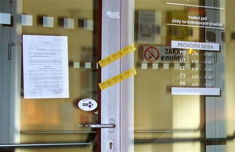 Strana svobodných občanů polepila exekučními příkazy dveře měststkých úřadů ve dvaceti českých městech. Chtěla tak upozornit na státní dluh.