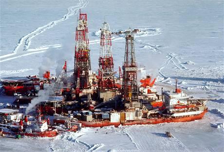Lodě s vrtnými soupravami na zamrzlém Beaufortově moři.