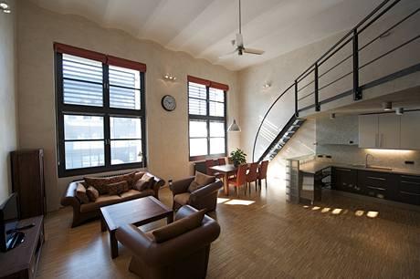 Hlavní obytný prostor je jasně členěn na odpočivnou, jídelní a kuchyňskou část