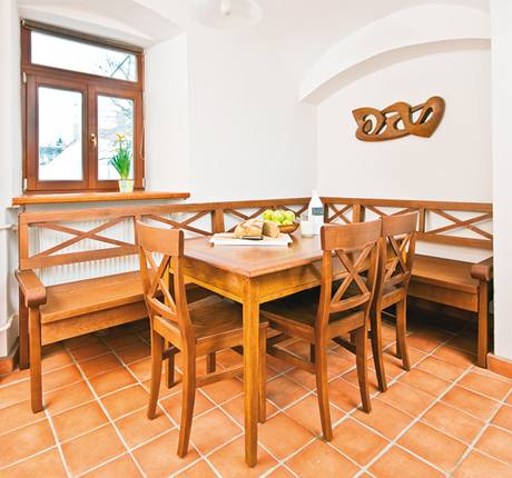 Jediný starožitný prvek v místnosti, jídelní stůl pro šest osob, je přibližně sto let starý