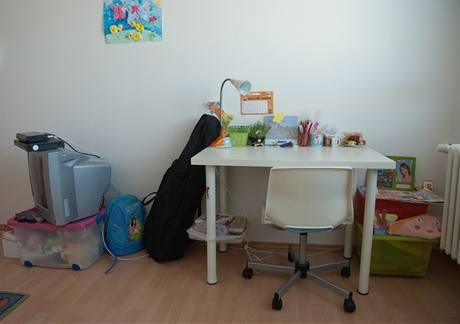 Pracovní stůl byl sice nový, ale určený pro menší dítě, navíc bez možnosti zvýšení pracovní plochy