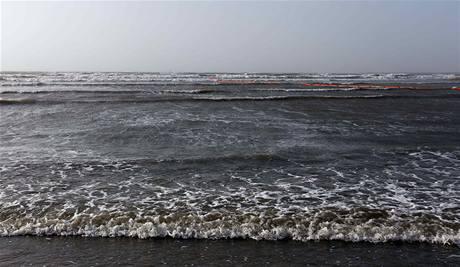 Ropná skvrna dosáhla pobřeží státu Mississippi, čtyři americké státy vyhlásily stav nouze