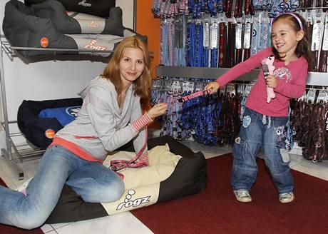 Ivana Gottová se starší dcerou Charlottkou v psím obchodě